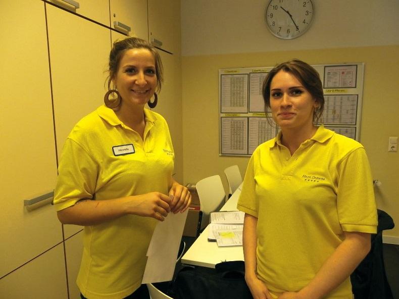 Daniela (rechts) macht ihre Ausbildung im Krankenhaus und ihren Praxiseinsatz bei Hilfe Daheim. Henriette (links) unterweist sie in der Pflegetour. Foto: Anna Gatz