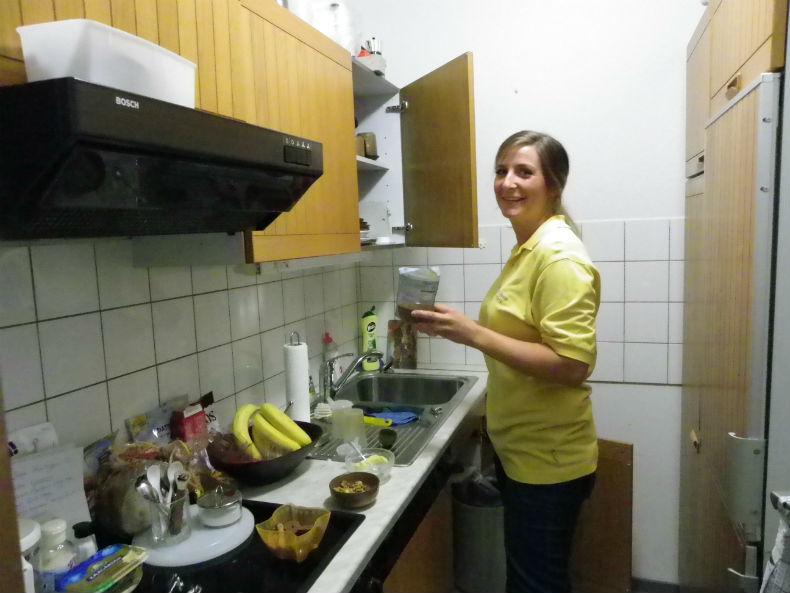 Henriette bei der Vorbereitung eines Nachmittagssnacks für eine Kundin. Foto: Anna Gatz