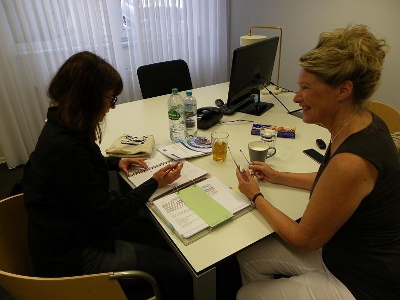 """Business-Coach Astrid Rapp (ARC Astrid Rapp Consulting) unterstützt Nicole Gatz bei ihrem Studium zum """"Geprüften Fachwirt im Gesundheits- und Sozialwesen"""". Foto: Anna Gatz"""