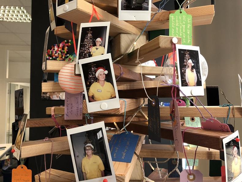 Neben Schmuck zieren Bilder und Wunschkarten den Baum. Foto: Anna Gatz