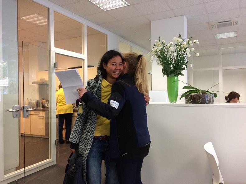 Ausbildung bei Hilfe Daheim: Altenpflege Azubi Natthanan und Praxisanleiterin Jasmin. Foto: Anna Gatz