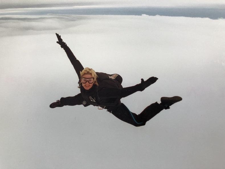 Waghalsiges Hobby: Carola beim Fallschirmspringen in Kassel.