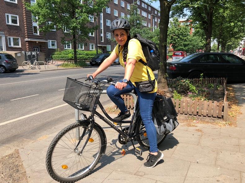 Nicole ist für die Kunden von Hilfe Daheim bei Wind und Wetter auf dem Fahrrad unterwegs. Foto: A. Gatz