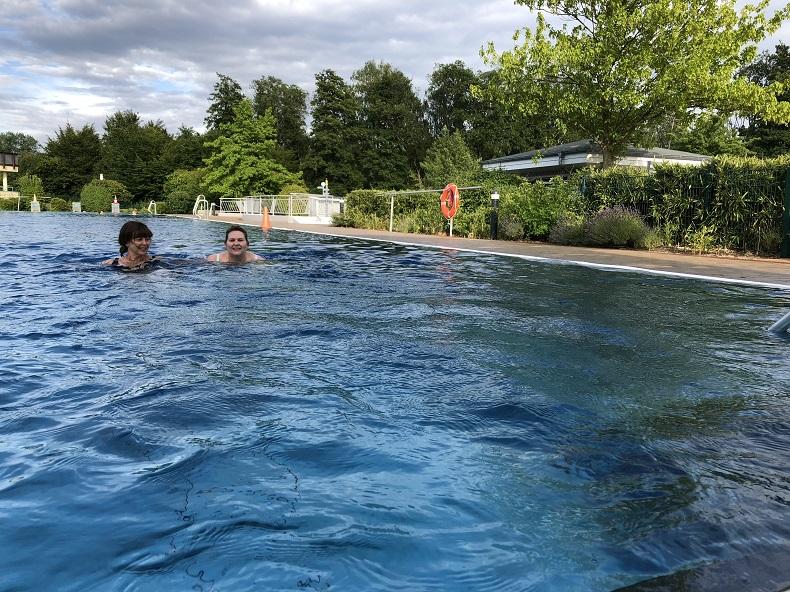 Sportliche Schwimmer: Einmal in der Woche ziehen Nicole und Carola ihre Bahnen im Schwimmbad. Foto: A. Gatz