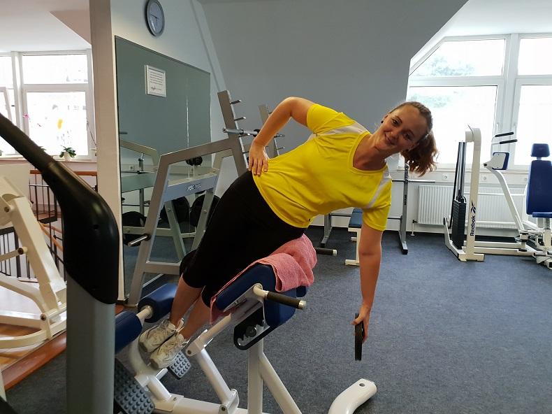 Antje beim Workout mit Gewichten im Fitness-Studio. Foto: Hilfe Daheim