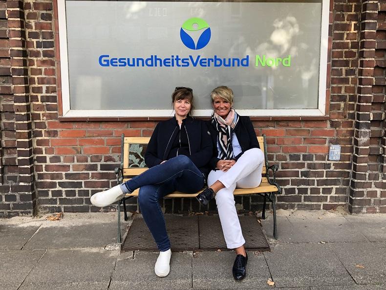 Frau Gatz und Frau Brenn vor dem Büro des GesundheitsVerbund Nord in Alsterdorf. Foto: A. Gatz