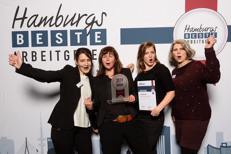 Jubelnde Preisträger: A. Mortensen, N. Gatz, A. Gatz und N. Baumann (v.l.n.r) nahmen den Preis stellvertretend für Hilfe Daheim entgegen. Foto: guidokollmeier.com