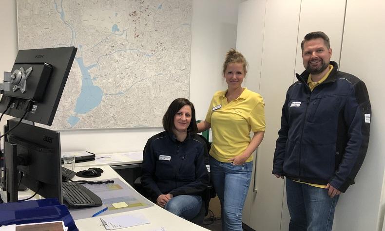 Nadja Wendt, Anna Gatz und Michael Tamme (v.l.n.r.) bringen in der Logistik die Bildschirme zum glühen. Foto: A. Mortensen