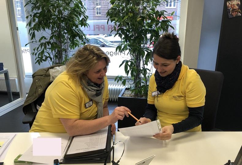 Carola Winand und Anika Mortensen bei den täglichen Fallbesprechungen. Foto: A. Gatz
