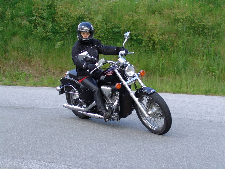 Altenpflegerin mit quietschenden Reifen - Frauke beim Motorradtraining.