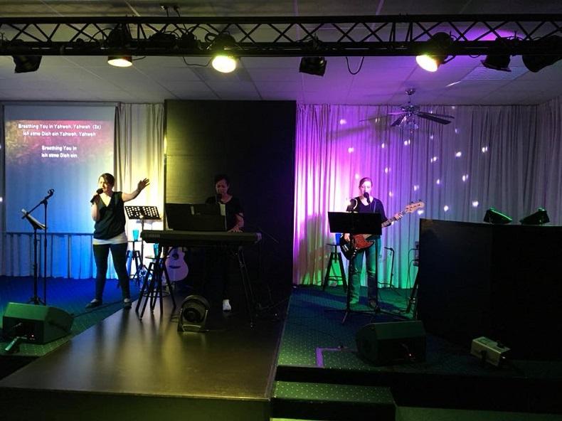 On Stage: Anika mit ihren Band-Kolleginnen aus der Gemeinde.