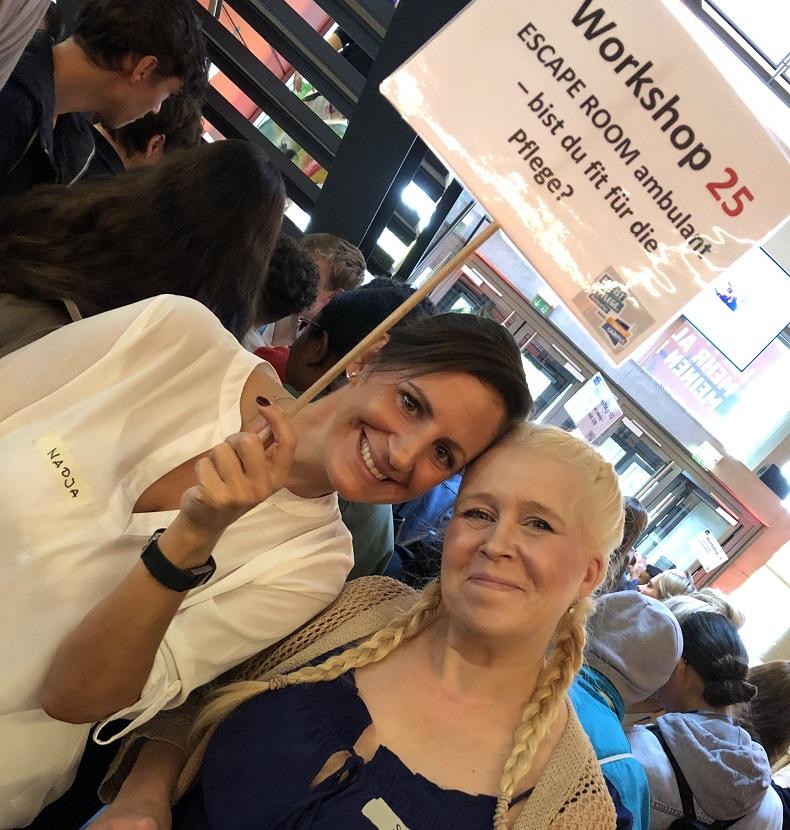 Workshop-Team: Nadja und Steffi beim einsammeln der Teilnehmer/innen. Foto: A. Gatz