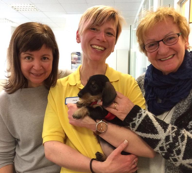 Christiane (rechts im Bild) mit ihren Kolleginnen und Hund Lotti. Foto: A. Gatz