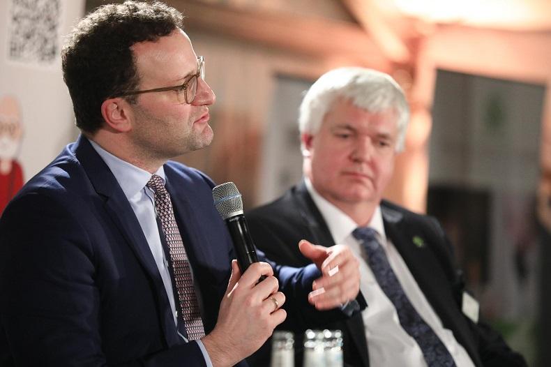 """Herr Spahn und Herr Flotow (v.l.nr.) bei der Veranstaltung """"Politik trifft Pflege"""". Foto: Peter Vogel, Hamburg"""