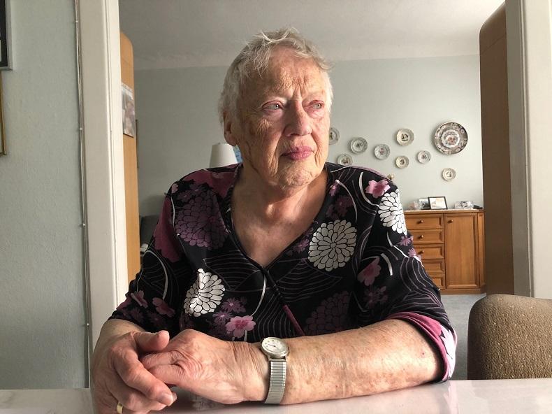 In Gedanken: Frau Bendig an ihrem Esstisch im Wohnzimmer. Foto: N. Gatz