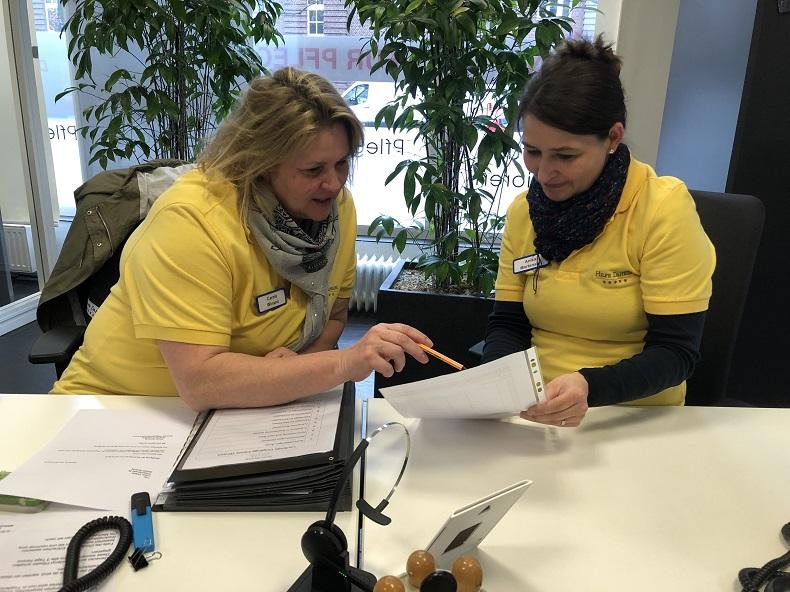 Konstruktive Kritik als Werkzeug: Carola und Anika bei der Umsetzung. Foto: A. Gatz