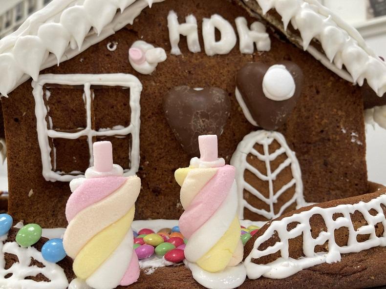 Adventszeit bei Hilfe Daheim: Zwischen Lebkuchenhaus und Testung. Foto: A. Gatz