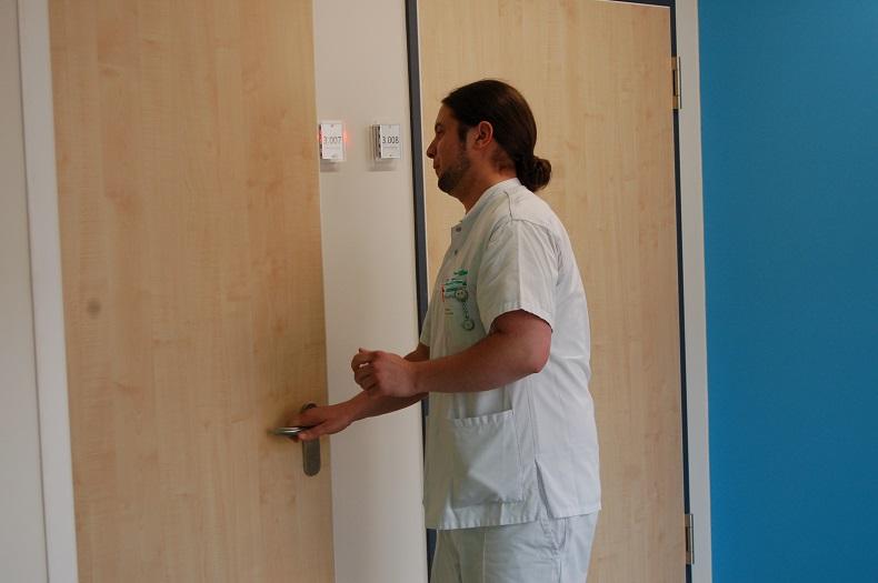 Während der Ausbildung zum examinierten Gesundheits- und Krankenpfleger: Nico in Aktion.