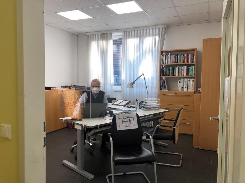 Arbeiten hinter Mehrfachverglasung: Johannes Tamme in seinem Büro. Foto: S. Tamme