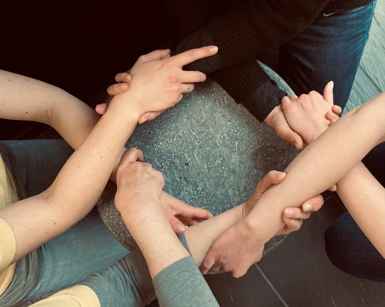 Hand in Hand: nur gemeinsam lässt sich die Pandemie eindämmen. Foto: A. Gatz