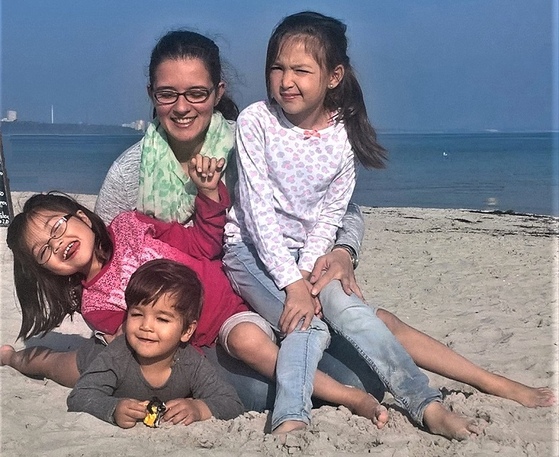 Mit der ganzen Familie: Sofia, Percy, Mariam und Penelope am Strand. Foto: Geraldizo