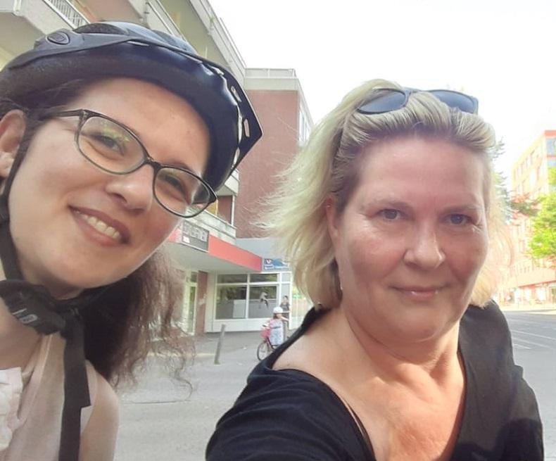 Sportlich: Mariam und Carola mit dem Rad auf dem Weg zur Arbeit. Foto: C. Winand