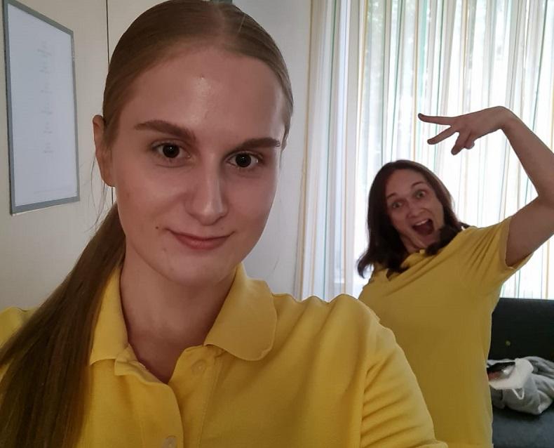 Gute Laune bei der Arbeit: Chantal und Kathleen. Foto: Hilfe Daheim